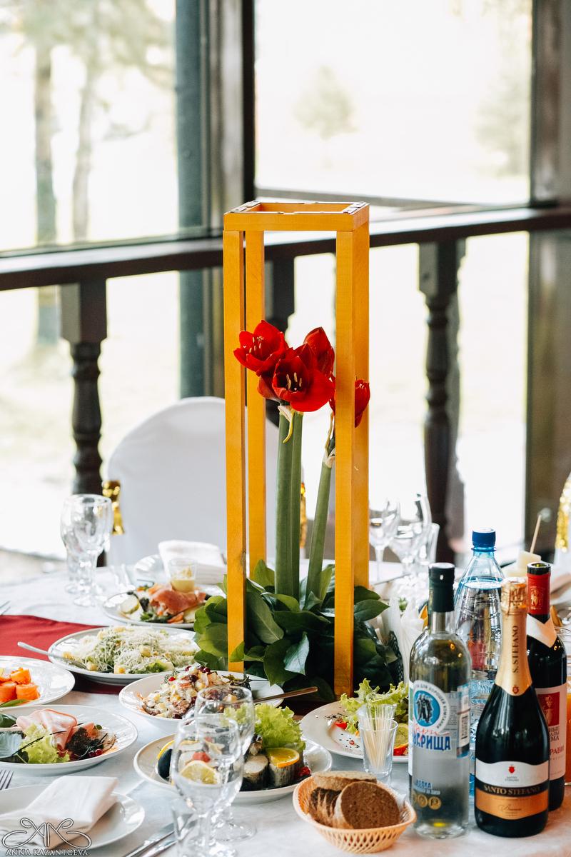 Стойка под цветы, высота 70 см, ширина 18 см, 8 штук. Стоимость 300руб/шт.